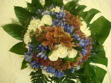 Bouquet rond orange, blanc et bleu